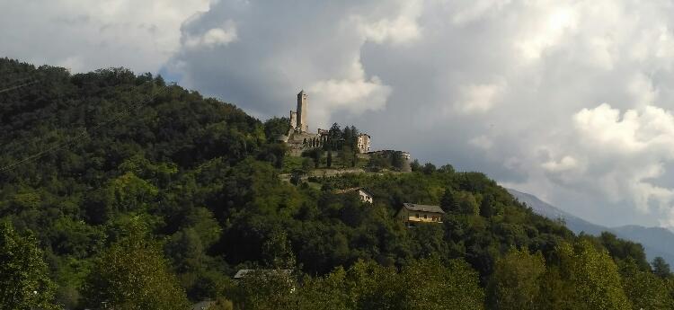 Burg überblickt das Tal