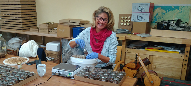 unsere Mitarbeiterin Doris beim Abfüllen der Räuchermischung