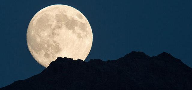 riesiger Mond über den Bergen
