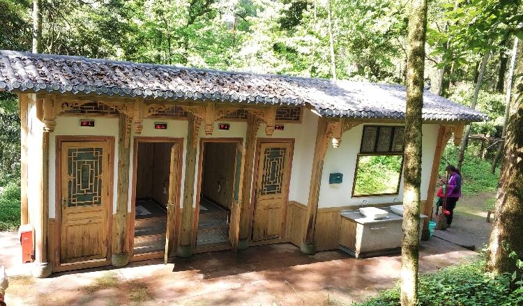 Toiletten mitten im Nationalpark
