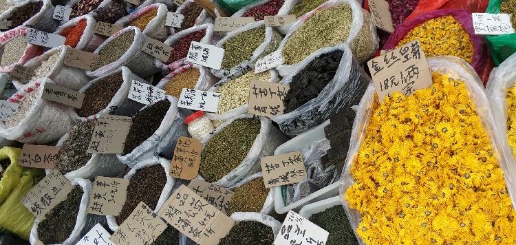 Vielfalt der Farben und Kräuter